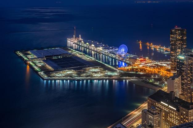 ミシガン湖、シカゴの街並み、アメリカ合衆国に沿って夕暮れ時に海軍桟橋の平面図