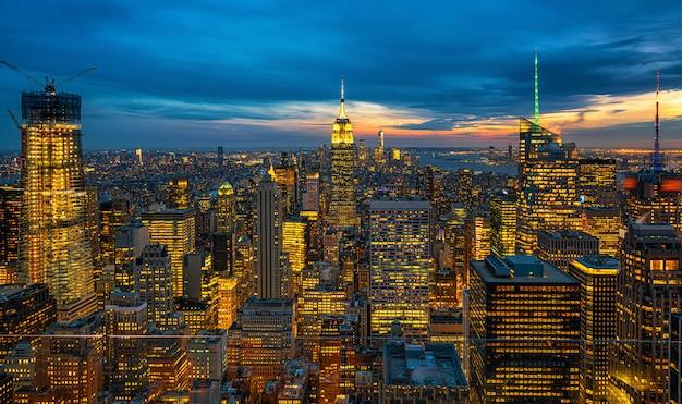 夕暮れ時にアメリカのダウンタウンのスカイラインの低いマンハッタンのニューヨーク市の街並みのトップシーン