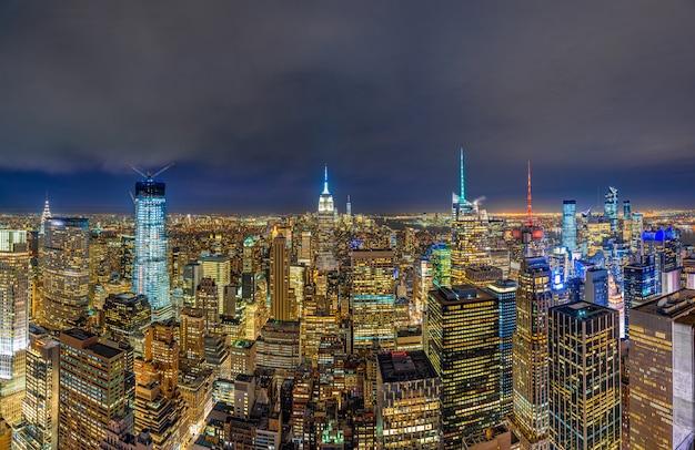 夕暮れ時に低いマンハッタンのニューヨーク市の街並みのパノラマトップビュー
