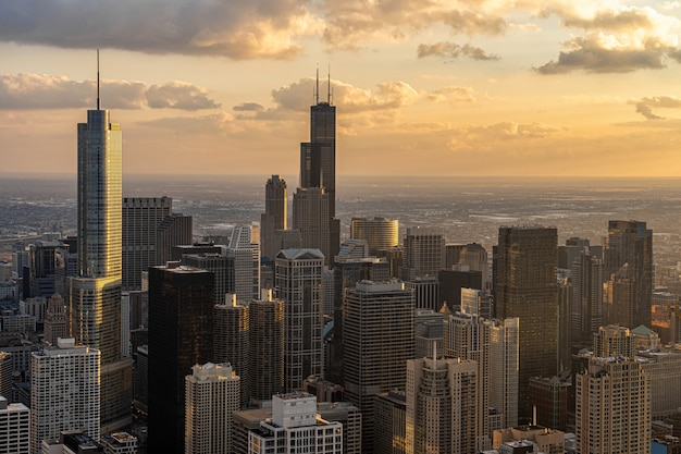 Взгляд сверху стороны реки городского пейзажа чикаго на времени захода солнца, горизонте сша городском