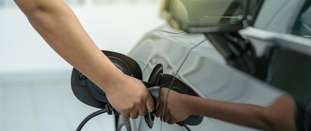 車を充電するクローズアップ手のバナーとカバーシーンは保守サービスセンターで電撃