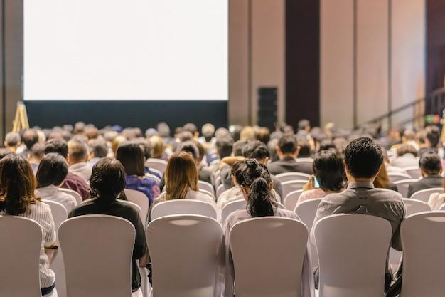 会議場やセミナーの会議でステージ上の聴衆の話を聞くスピーカーの背面図