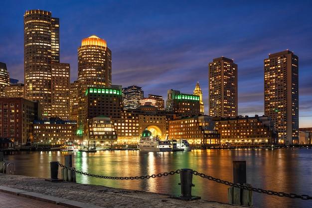 Сцена бостонского горизонта от фан-пир в фантастическое время сумерек с гладкой водой реки, массачусетс, городской пейзаж сша, архитектура и здание с туристической концепцией