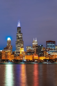 Чикаго городской берег реки вдоль озера мичиган в красивые сумерки