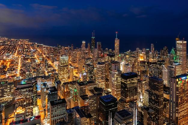 シカゴの美しい夕暮れ時に青い空の下でシカゴ都市景観の超高層ビル