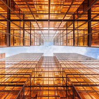 高層ビルの間で雲の反射と香港の超高層ビルの上昇角