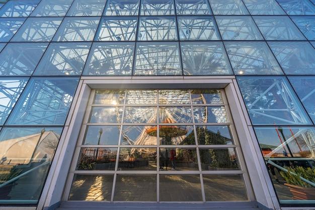 日没時に、イリノイ州、アメリカ合衆国、アメリカ合衆国、ビジネスアーキテクチャと建物で窓からすと海軍桟橋観覧車反射