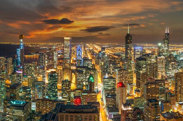 夜の時間、アメリカのダウンタウンのスカイライン、空撮でシカゴの街並みと高層ビルの平面図