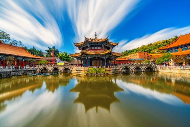 ウォーターフロント、中国雲南省の昆明の首都、旅行と観光の元通寺のリフレクション