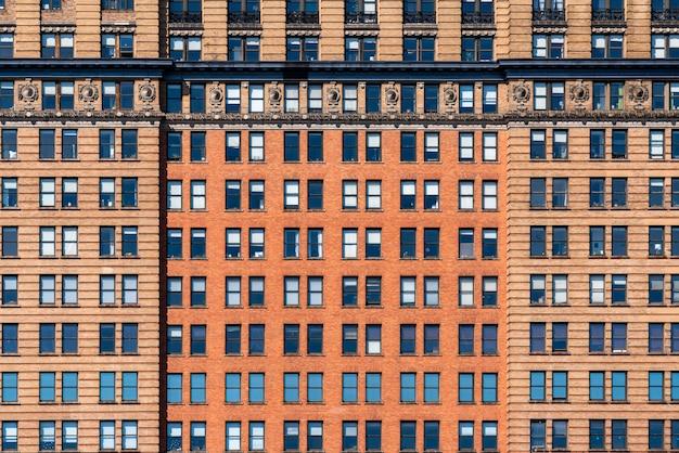 Коричневый кирпич высокий фасад здания с окнами в нью-йорке, соединенные штаты америки, сша