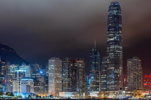夜の時間、ビジネス金融地区、観光、旅行の目的地で香港の街並みの超高層ビル