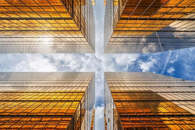 高層ビルの間で雲の反射と香港の超高層ビル