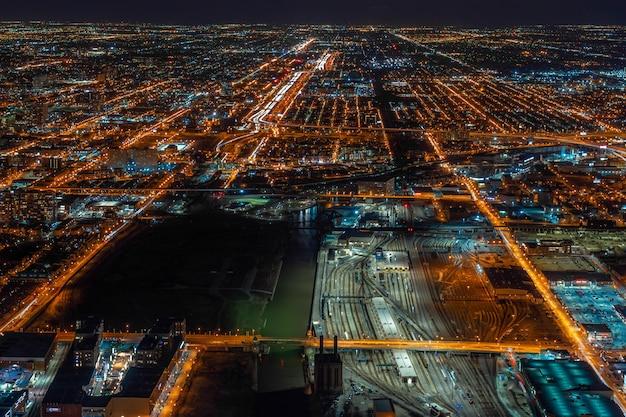 アメリカ合衆国イリノイ州シカゴの夜間青空の下でシカゴの街並み超高層ビルの航空写真