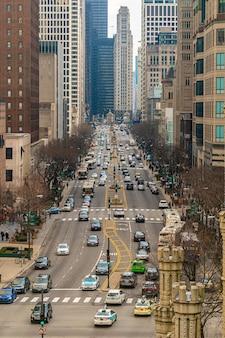 マグニフィセントマイル、イリノイ州、アメリカ合衆国周辺のシカゴ市のサウスミシガンアベニューの交通のトップビュー