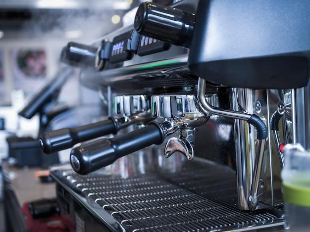 Кофе-машина, создающая эспрессо, снятая баристами в кафе-магазине
