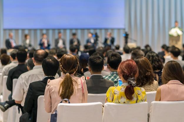 会議室またはセミナー会議での視聴者のリアビュー