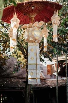 Лампы в стиле ланна свисают, есть маленькие и большие фонари