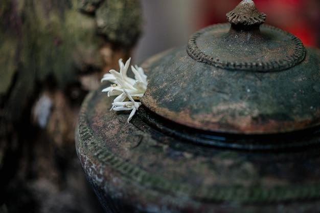 Горшок для хранения воды в стиле ланна, который обычно хранится под домом.