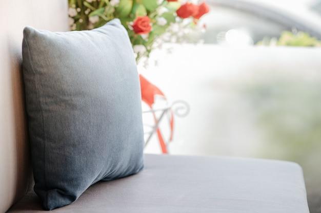 ソファの上に小さな枕があるソファ
