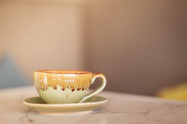 テーブルの上に置かれたホットラテコーヒー