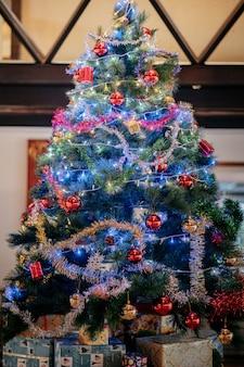 ギフトボックスとライトで飾られたクリスマスツリー