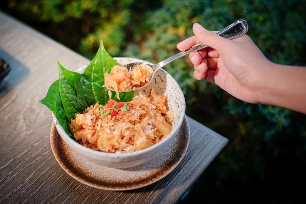 Жареный рис, украшенный листьями бетеля
