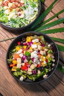 ギリシャ風サラダ、和風サラダ、黒セラミックボウル、木製テーブル