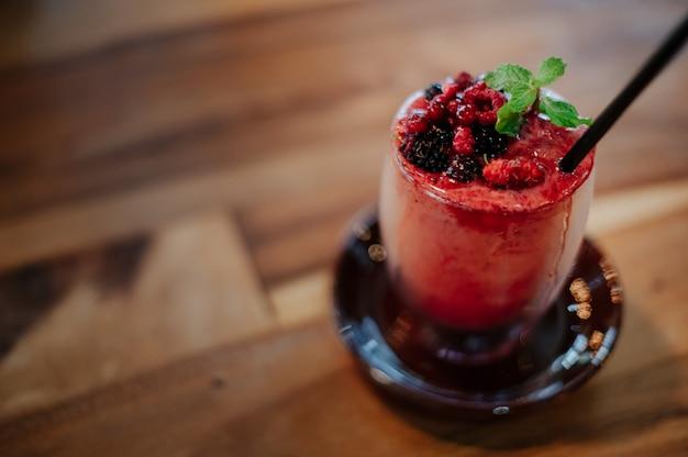 Ягодные смузи, украшенные ягодами