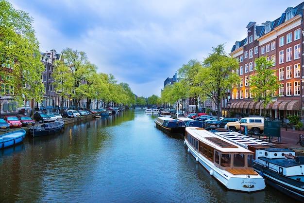 多くのアムステルダム運河の一つの景色