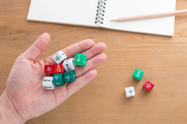 Рука с кубиками фракции цвета