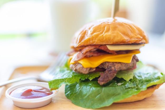 Домашний гамбургер с несколькими слоями говядины