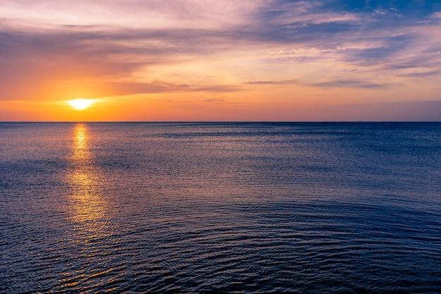 劇的な雲の形成と海の上のカラフルな夕焼け空