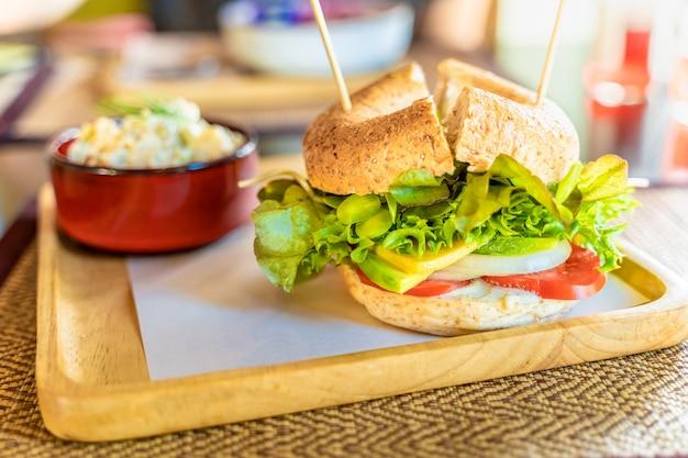 Вегетарианский сэндвич с бубликом