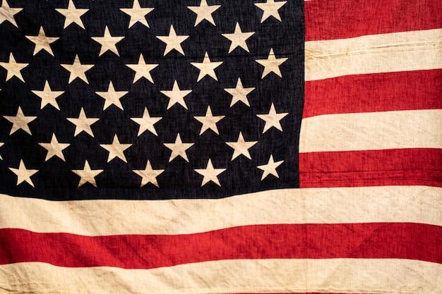 Закройте флаг соединенных штатов америки в теплой ретро-стиле и подсветкой, селективный фокус