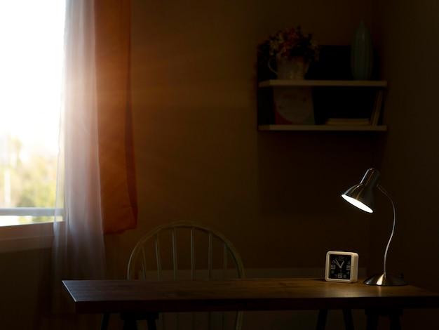 太陽の光とランプが輝く暗い部屋の光と影