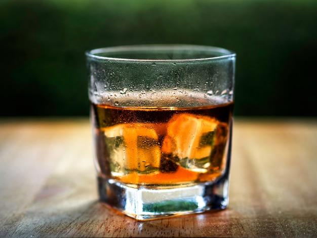 クールなウイスキーの岩の上のガラス