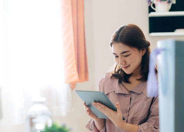 彼女のフリーランス仕事のオンラインビジネスの売り手とのアジアの女性。