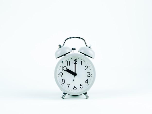 白い背景の上のアナログ時計