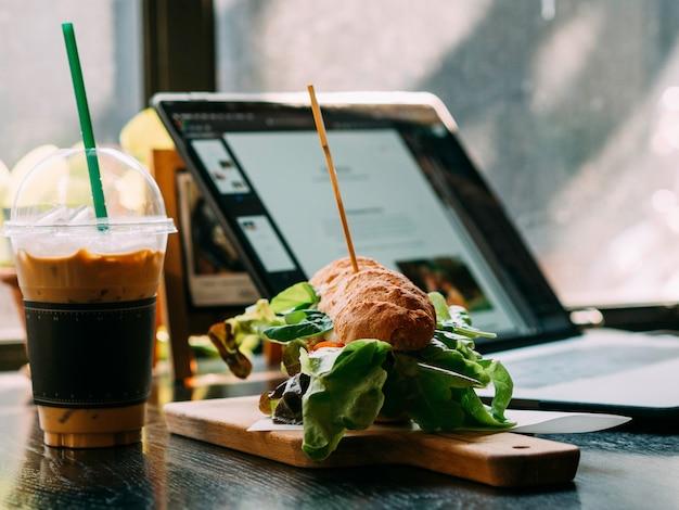 レストランでのコーヒーとハンバーガーのファーストフード