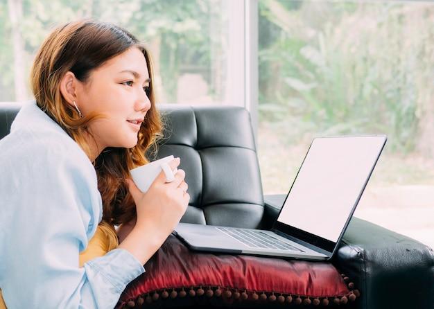 アジアの女性は自宅で電子学習を自習します。