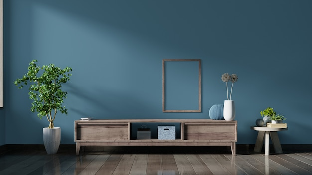 空のインテリアルーム、木製の棚、ランプ、植物、ポスターと暗い壁のキャビネットテレビ。