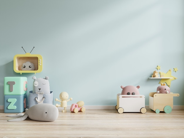 青い壁の背景に子供部屋のおもちゃ。