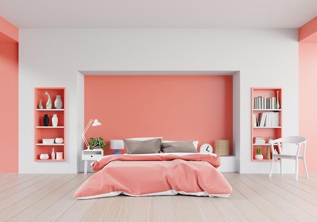 Жилая коралловая спальня роскошного дома с двуспальной кроватью и полками
