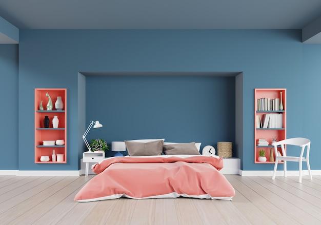 Жилая коралловая спальня роскошного дома с двуспальной кроватью и стулом на полу с темно-синей стеной