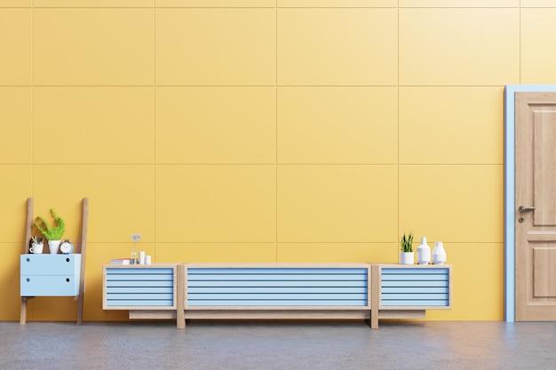 テーブル、花と黄色の壁に植物のあるモダンなリビングルームのキャビネットモックアップ。