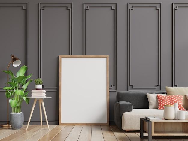 空白のフォトフレーム付きのインテリアのリビングルーム。ソファとダークブラウンの壁がある部屋の木。