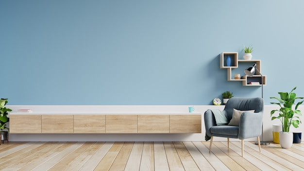 モダンなリビングルームのキャビネットテレビ、空の青い壁に肘掛け椅子と明るいリビングルームのインテリア。