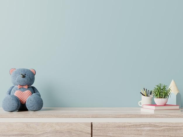 Синяя стена в детской комнате интерьер белый медведь, растения на деревянном полу.