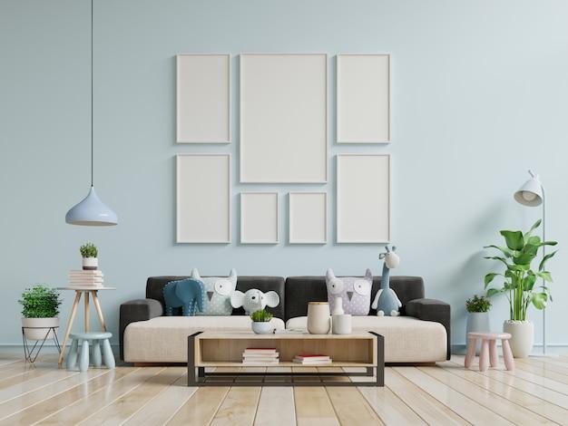 Современный интерьер живущей комнаты с софой и зелеными растениями, лампой, таблицей на голубой предпосылке стены.