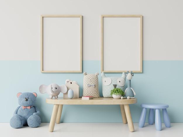 Макет плакаты в детской комнате интерьер, плакаты на фоне пустой белый / синий стены.